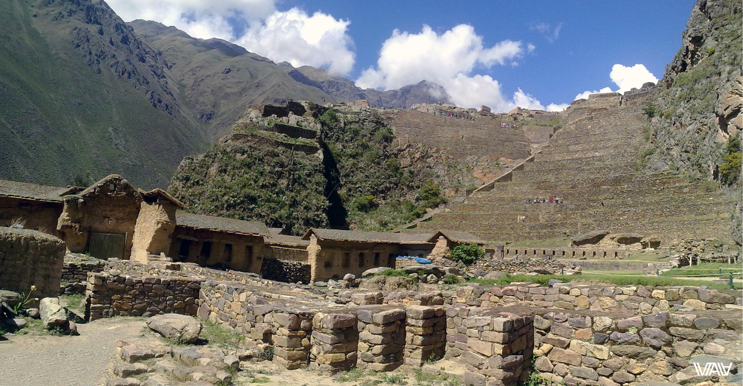 Прямо вид из центра древнего города инков с видом на террасы и горы. Ойантайтамбо, Перу