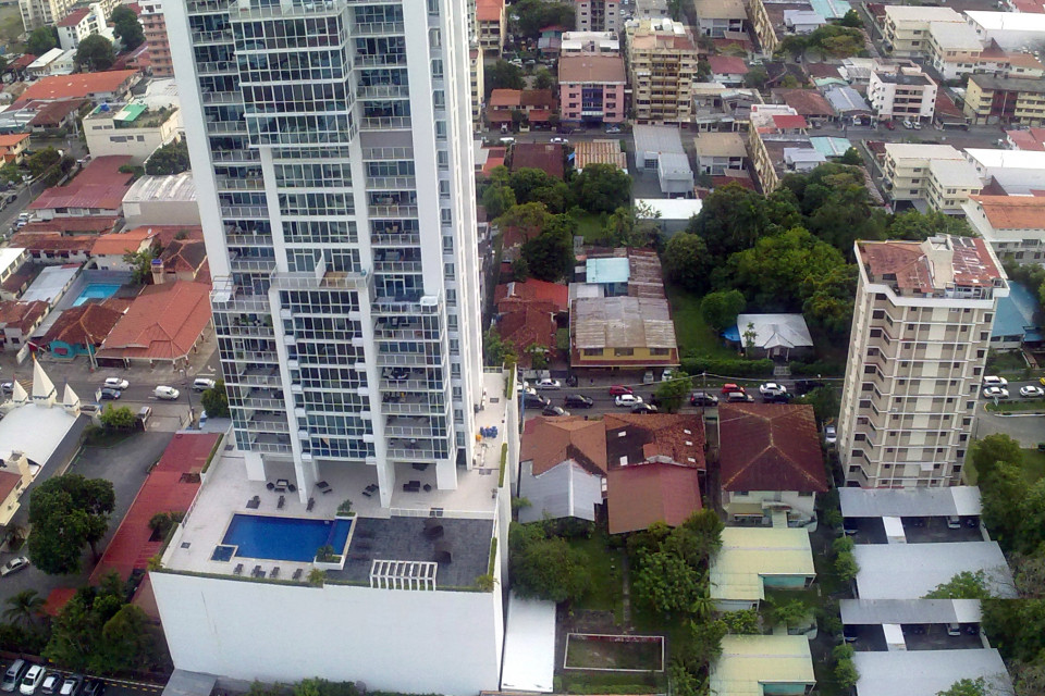 В местных небоскребах по умолчанию входит общий бассейн. Бассейн в каждом доме, Карл! Панама Сити, Панама