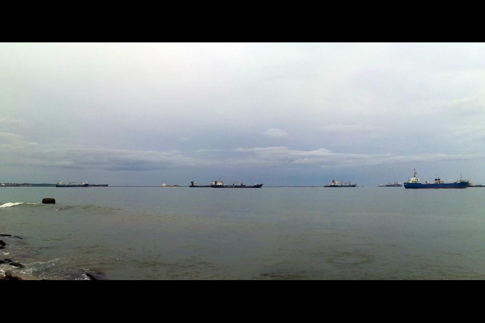 Карибское побережье в городе Колон характеризуется огромным количеством кораблей. Колон, Панама