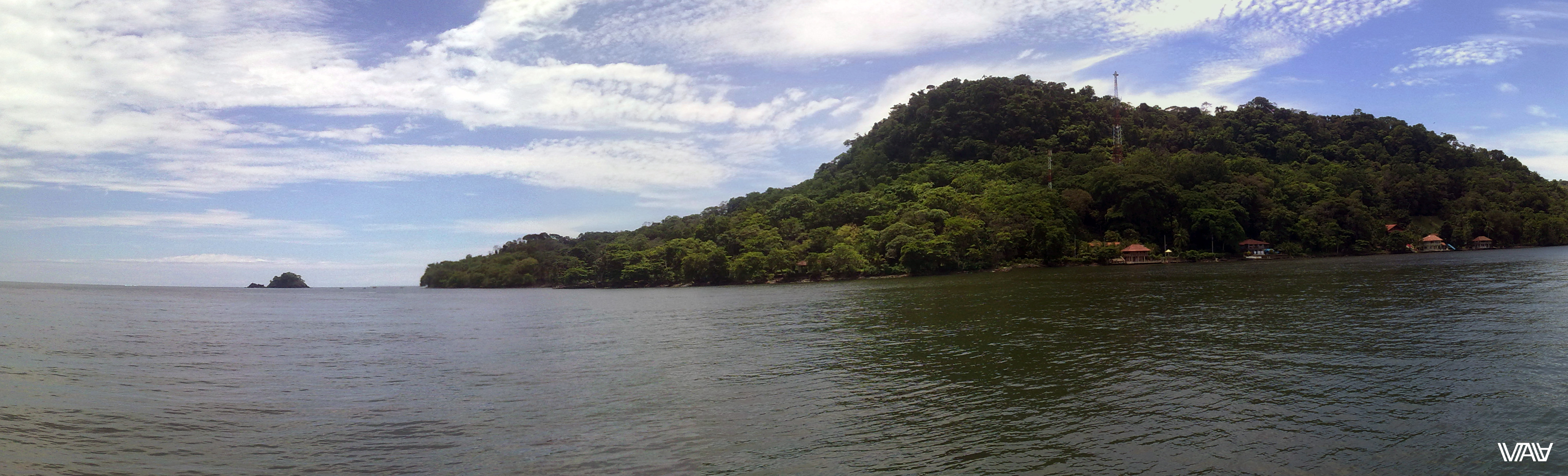 При выходе из бухты прямо в Карибское море. Хотела бы я жить в том домике на краю залива. Портобело, Панама