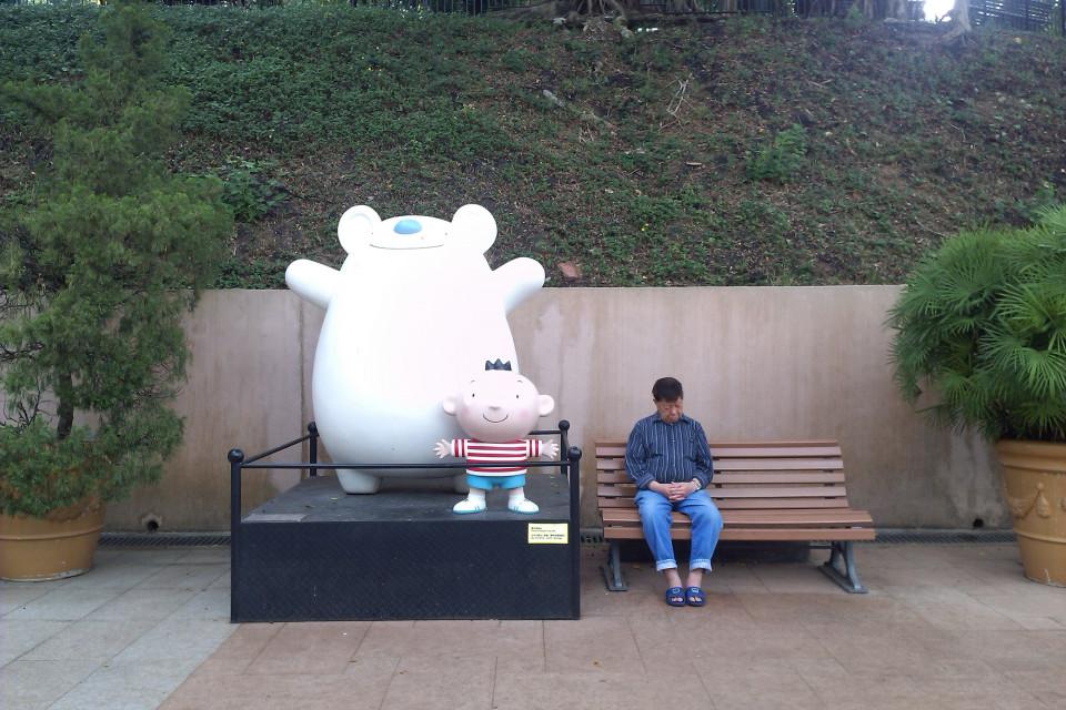 Путешественник взбудораженный новыми видами против местного жителя. Гонконг, Китай