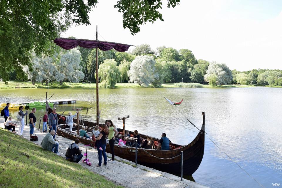 А по пруду желающие могут покататься на такой вот старинной лодке. Несвижский замок, Несвиж, Беларусь