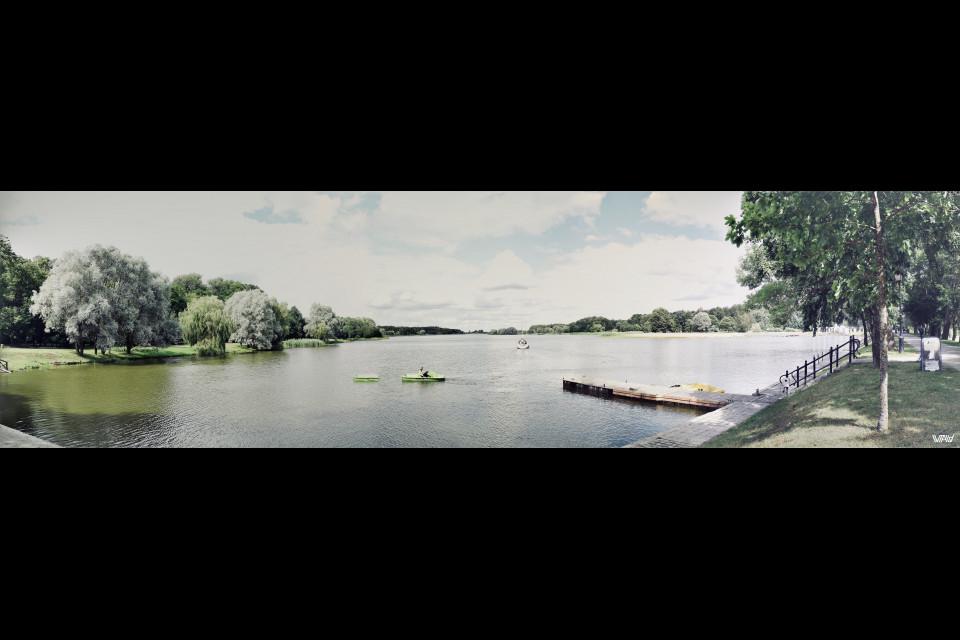 Замковый пруд прям перед историческим памятником. Несвижский замок, Несвиж, Беларусь