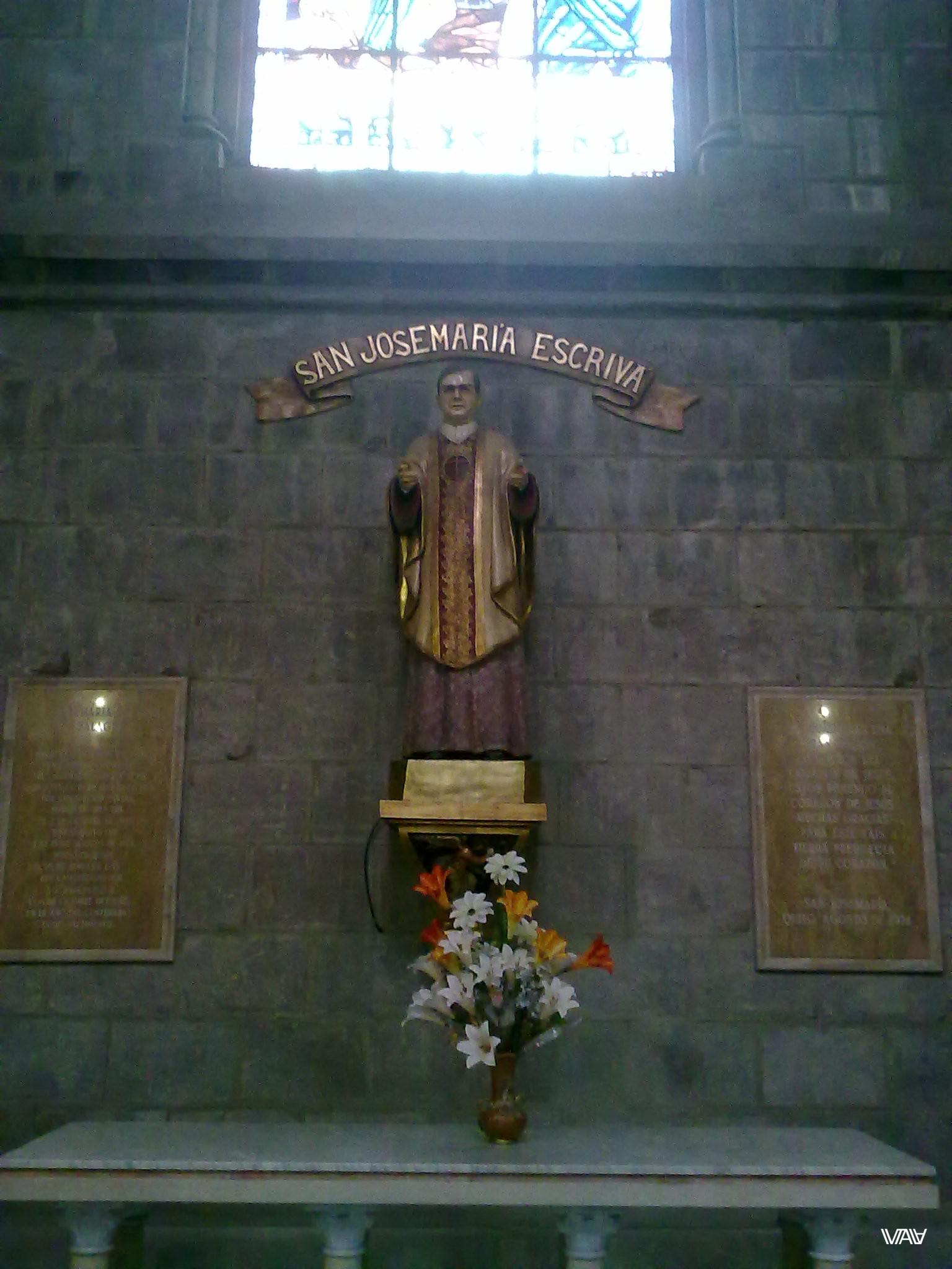 Почитают не только древних, но современных священнослужителей. Базилика дель Вото Насьеналь, Кито, Эквадор
