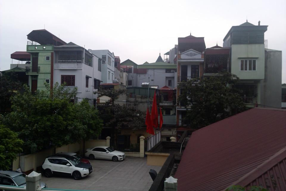 Судя по парковке и флагам, это элитные дома. На вид как обычные, но какие же здесь все-таки узкие! Ханой, Вьетнам.