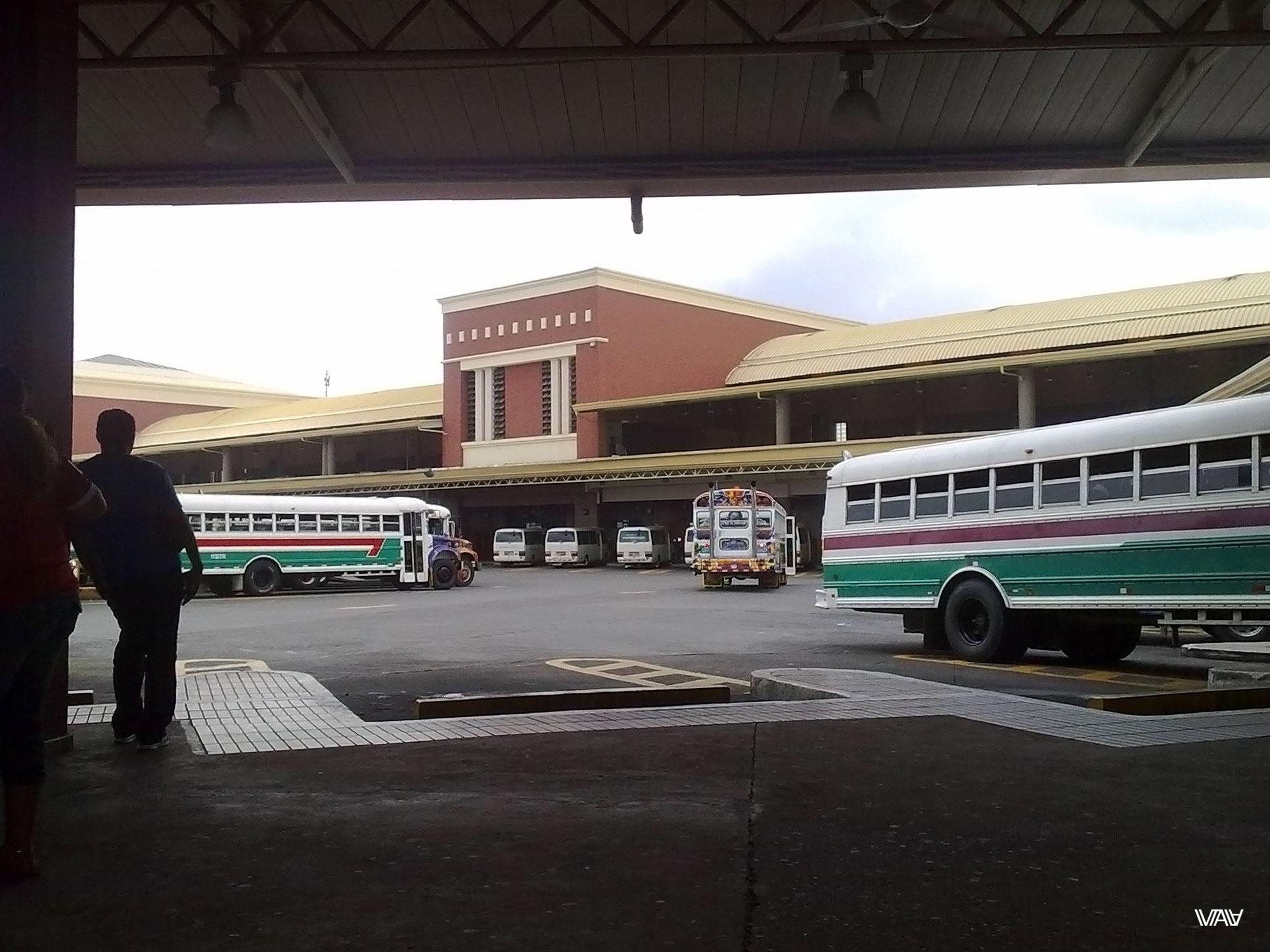 Это панамский автобусный вокзал. Интересно то, что для попадания на платформу непосредственно к своему автобусу одного билета на него будет недостаточно. Нужно еще иметь проездной! Проездной автобусного вокзала. Разового билетика нет. Нужен проездной. Или иди отсюда :D Не стесняйтесь попросить простых панамцев - они с участием проведут вас по своему проездному. Автобусный вокзал, Панама Сити, Панама