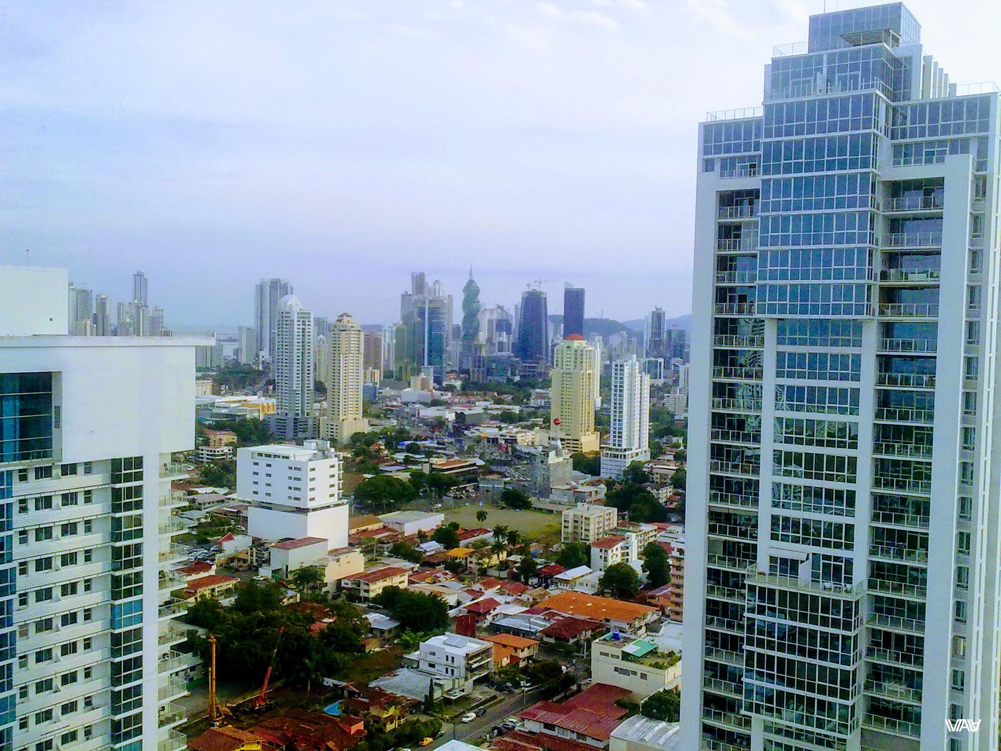Вид с надцатого этажа обыкновенного небоскреба элитного района Панама Сити, Панама