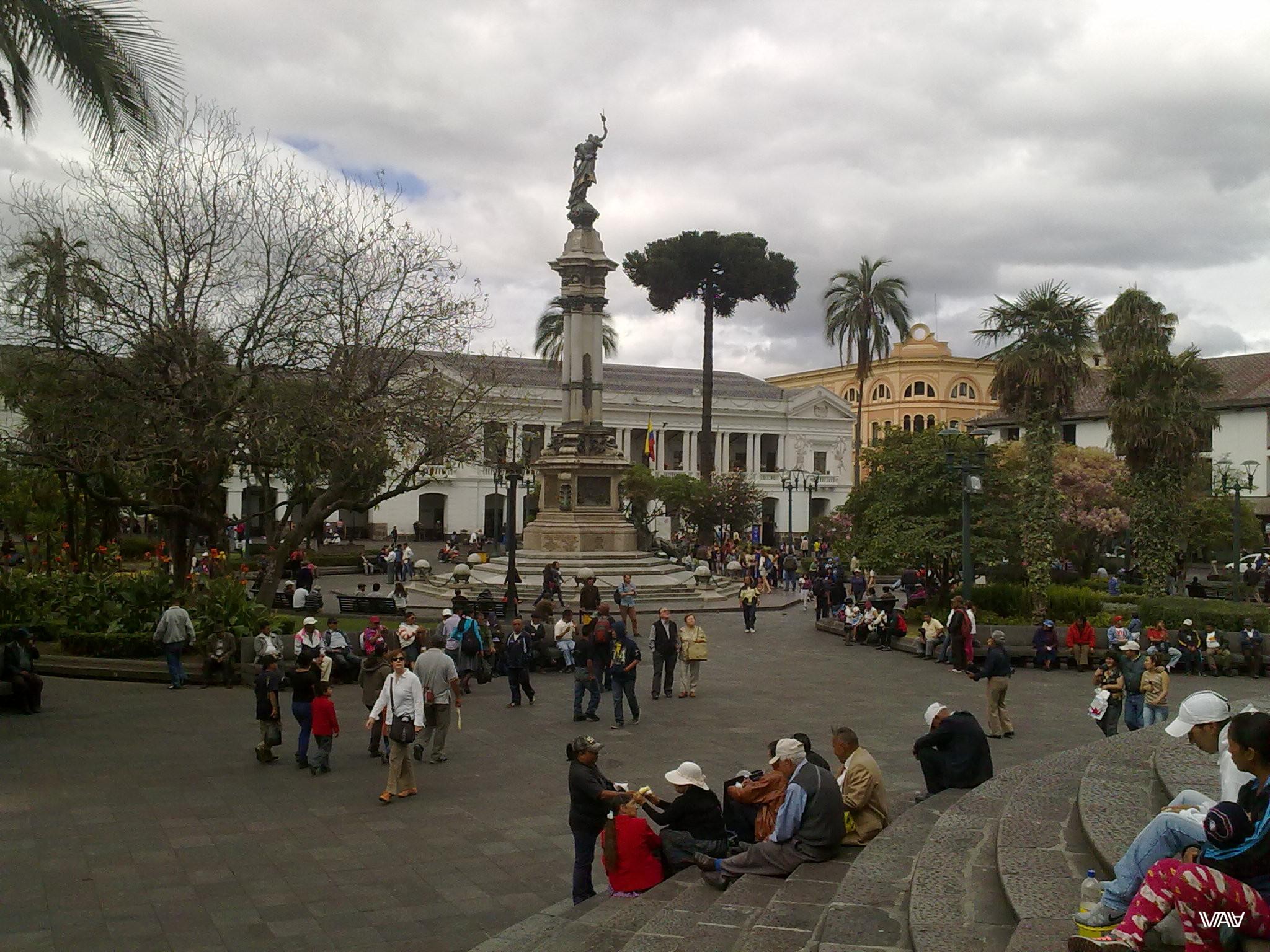 Площадь Независимости всегда полна народу. Здесь собираются местные, туристы и, конечно, торгаши. Кито, Эквадор