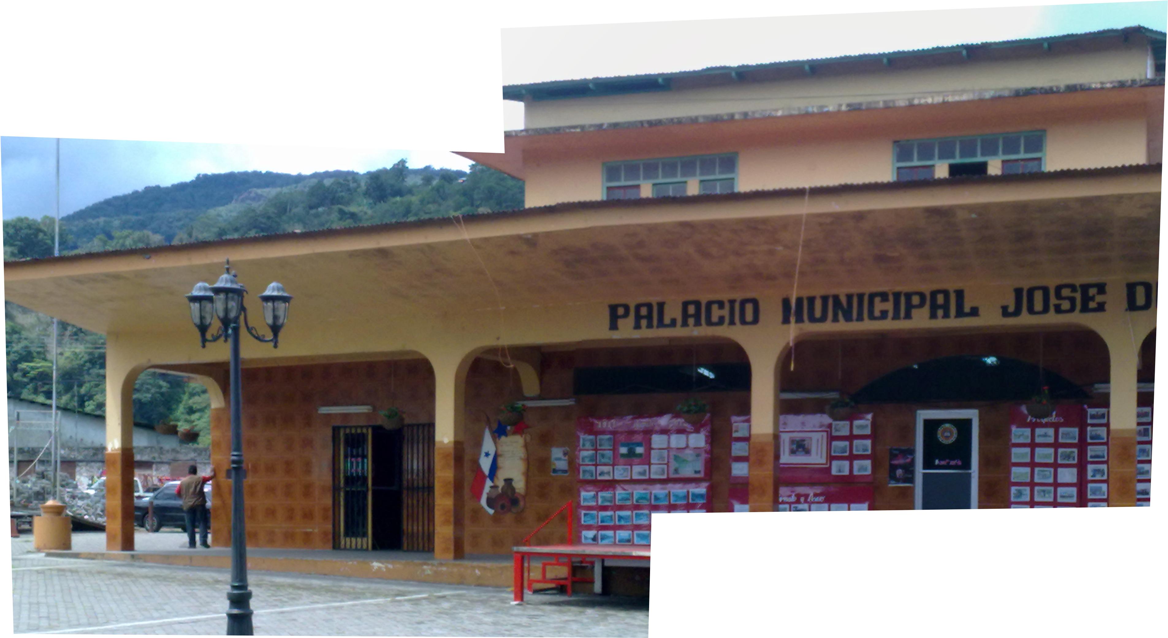 Старинная мэрия Бокетэ с гимном и многочисленными фотографиями о давних временах, а также не влезшим в кадр вагоном. Бахо Бокетэ, Панама