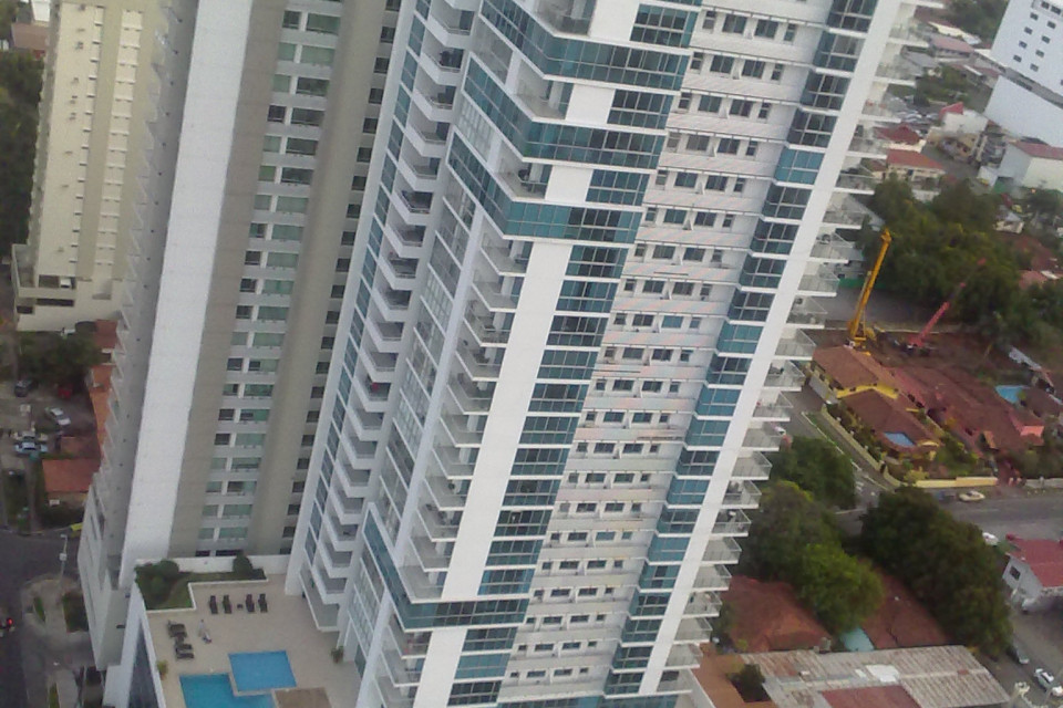 Многоэтажный дом с собственным бассейном. А на последнем огромном этаже размещен свой тренажерный зал. Можно из дома не выходить, если там есть магазин. Панама Сити, Панама
