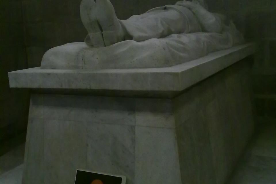 Тут же, не отходя от кассы, как говорится, находится и гроб какого-то достаточно величественного. Базилика дель Вото Насьеналь, Кито, Эквадор