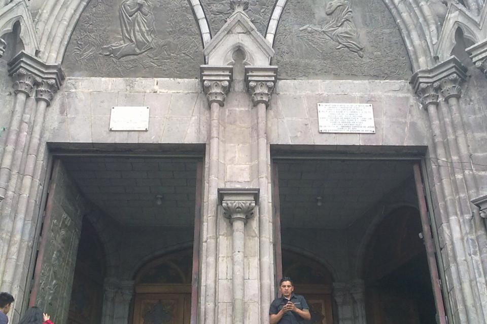Служба службой, а в телефоне всегда интересней! Базилика дель Вото Насьеналь, Кито, Эквадор