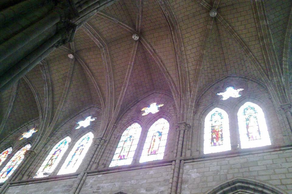 Своды и окна поражают своей детализацией! Базилика дель Вото Насьеналь, Кито, Эквадор
