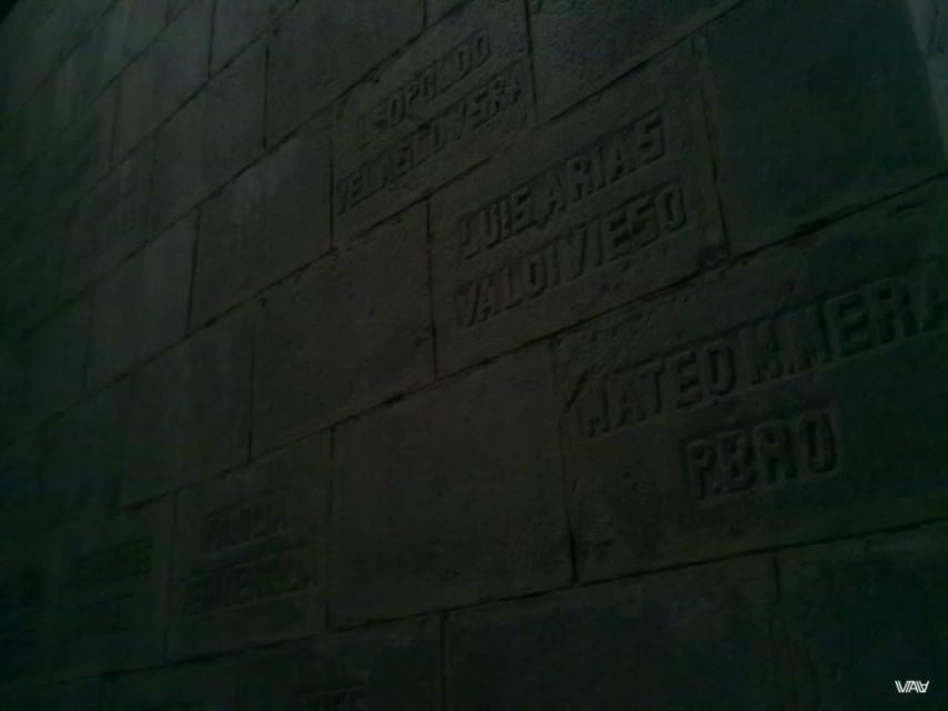 Все стены в именах. Раньше это были люди. А теперь буквы в камне. Базилика дель Вото Насьеналь, Кито, Эквадор
