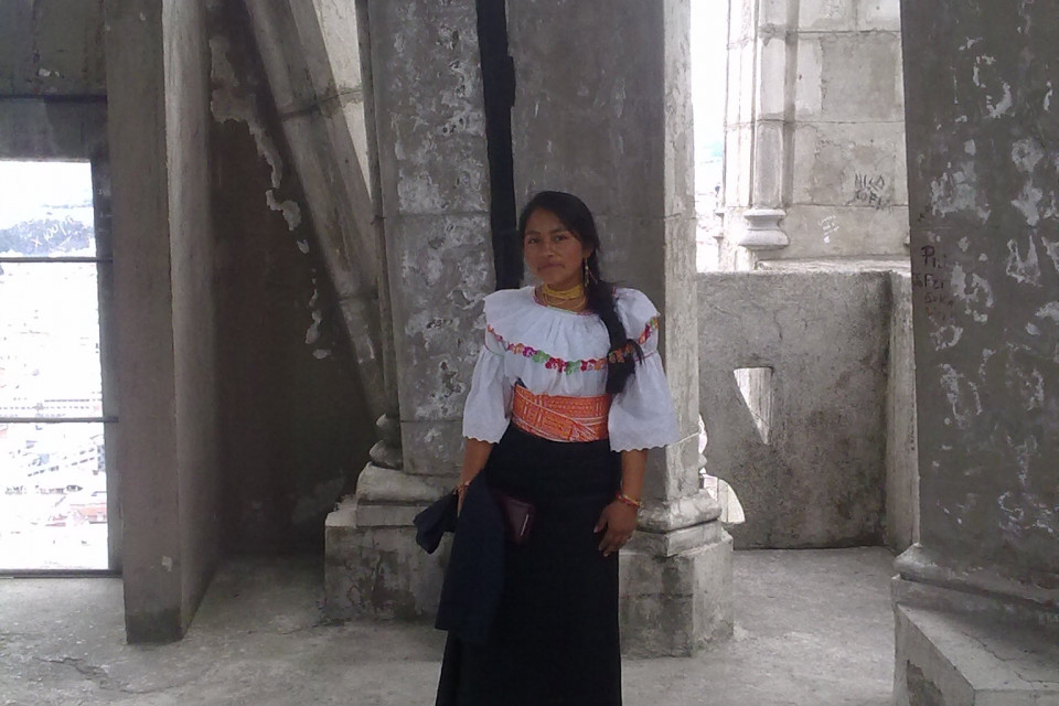 Эквадорка в национальном костюме с радостью согласилась мне позировать. Красотка! Базилика дель Вото Насьеналь, Кито, Эквадор