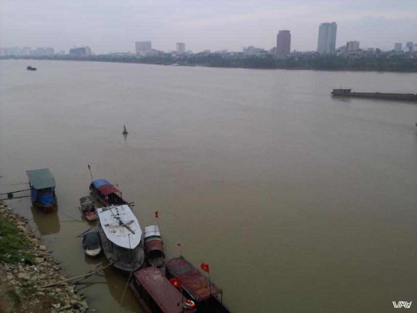 Невероятно, но эта река именуется Красная. Вот уж совсем другой цвет в реальности. Ханой, Вьетнам